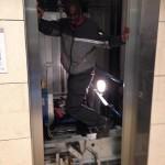 C'est le gars qui pédale pour faire monter l'ascenseur!